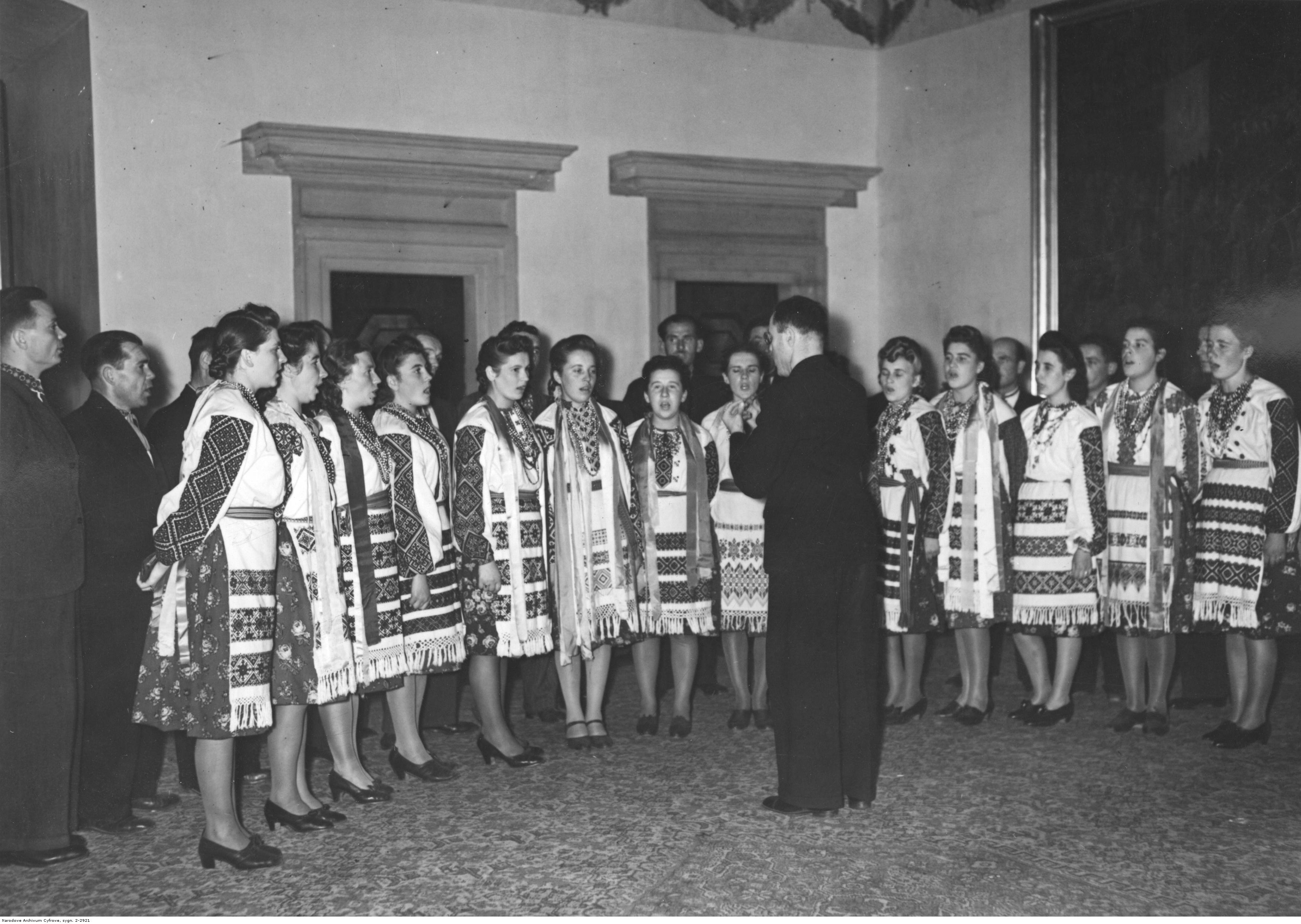 1943. Фестиваль урожая в Королевском замке в Кракове. Украинская команда поет для генерал-губернатора в Кракове