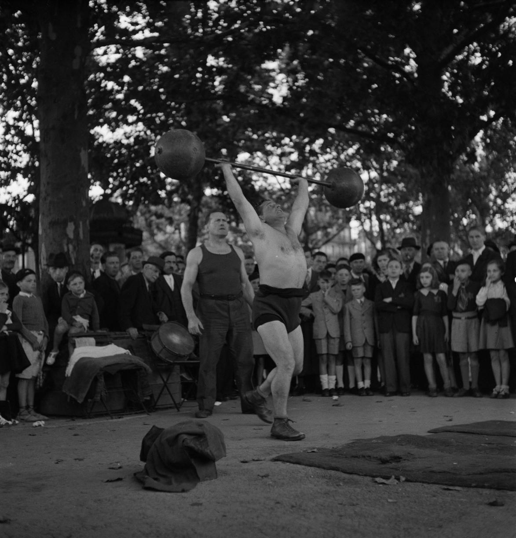 36. Сильнейший человек мира Шарль Ригуло на площади Бастилии