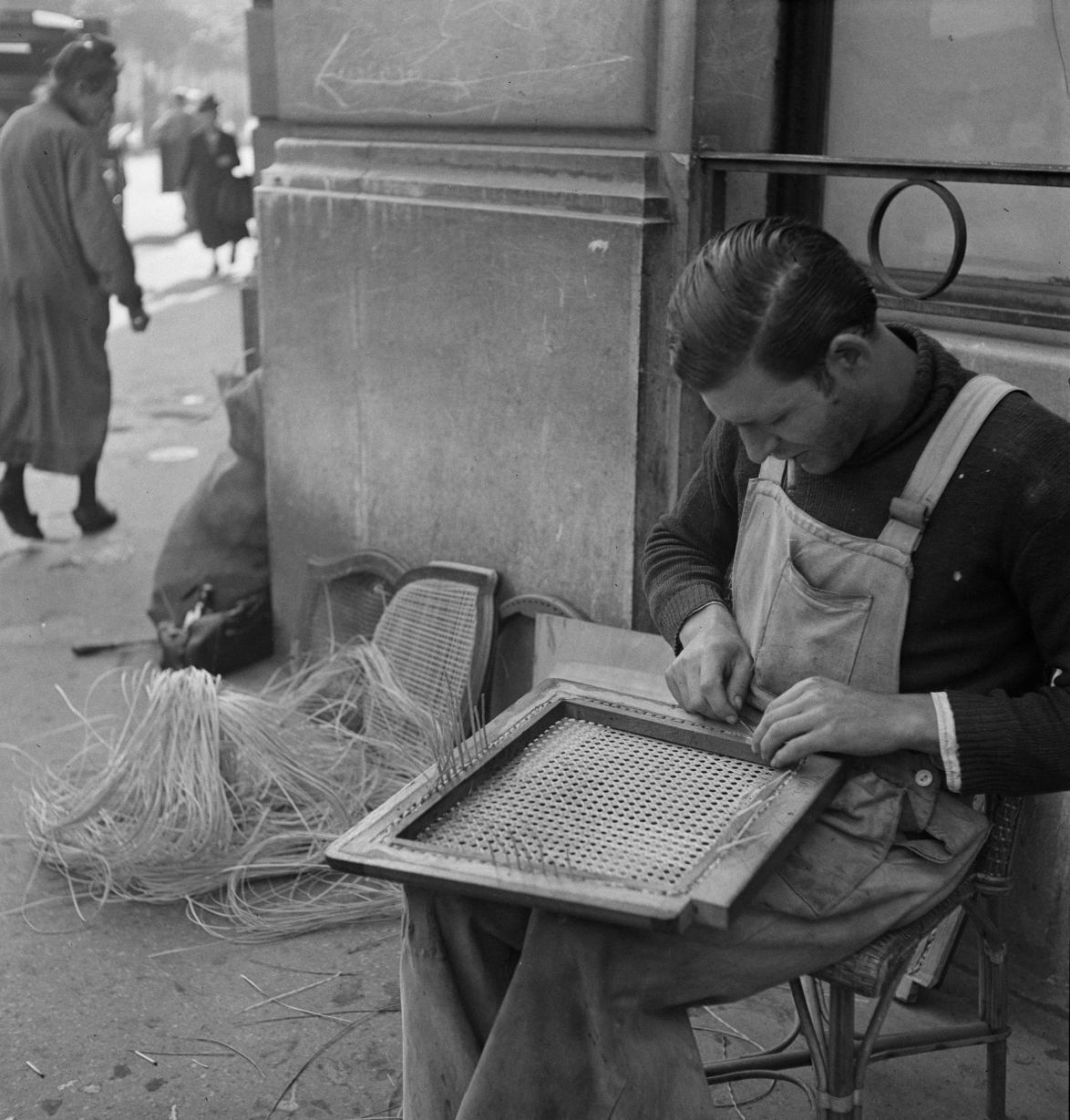 53. «Плетельщица соломенных стульев»