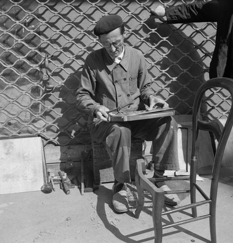 54. «Плетельщица соломенных стульев»