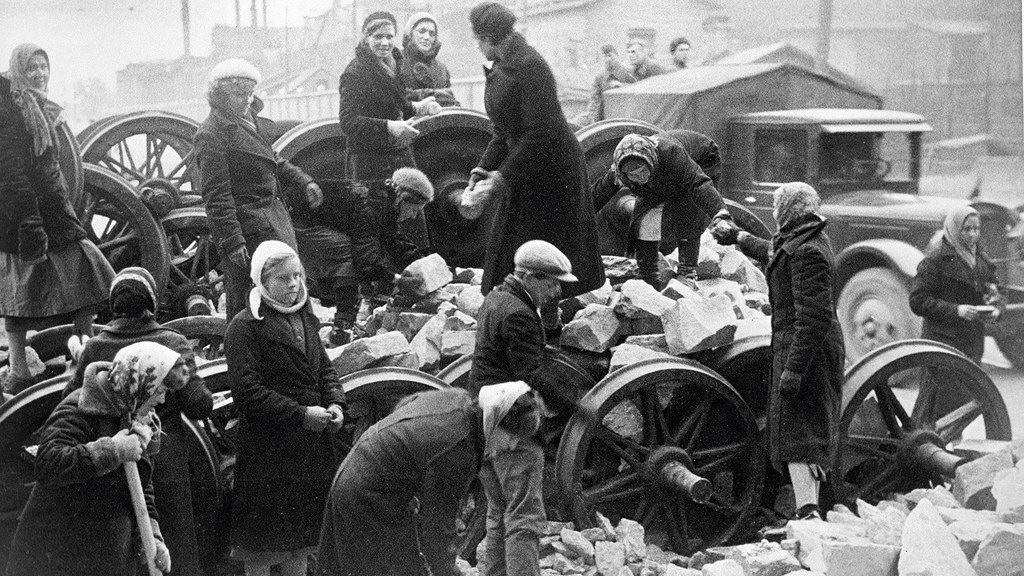1941. Строительство баррикады у Кировского завода