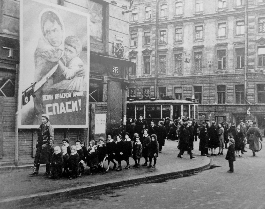1942.  Ленинградцы на улицах города в дни блокады