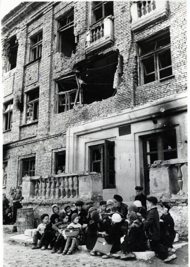 1942. Урок продолжается.
