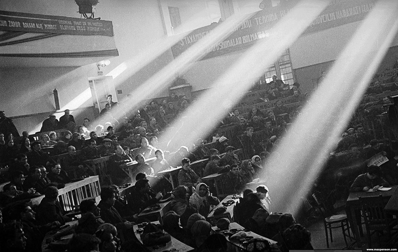 Лучи солнечного света в зале Верховного Совета в Ташкенте
