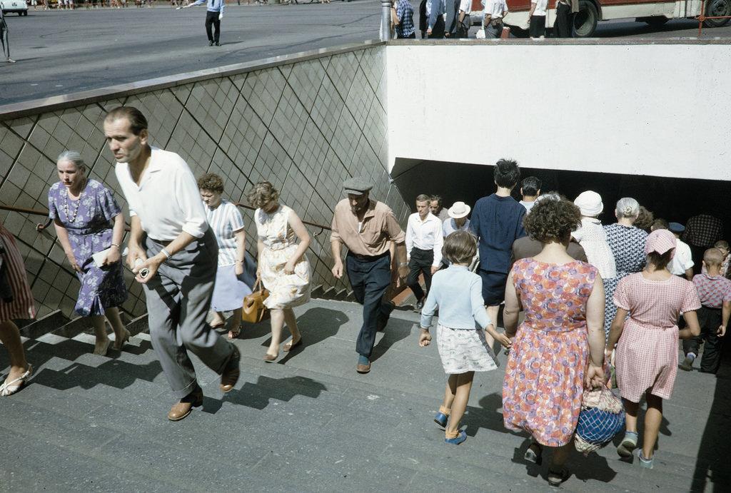 Спуск в подземный переход у «Метрополя»