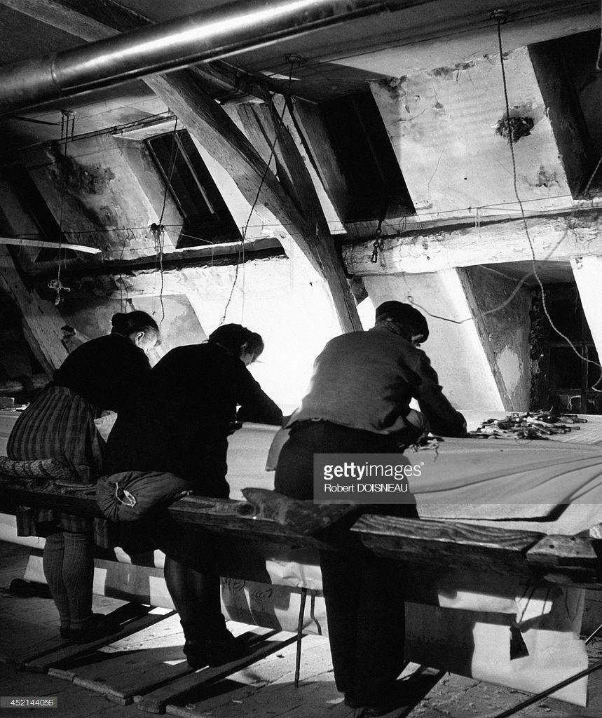 1945. Люди, работающие над гобеленом в Обюссоне