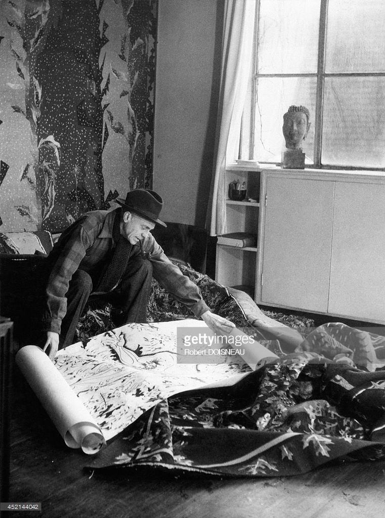 1945. Портрет Жана Лурката с некоторыми из его гобеленов в Обюссоне