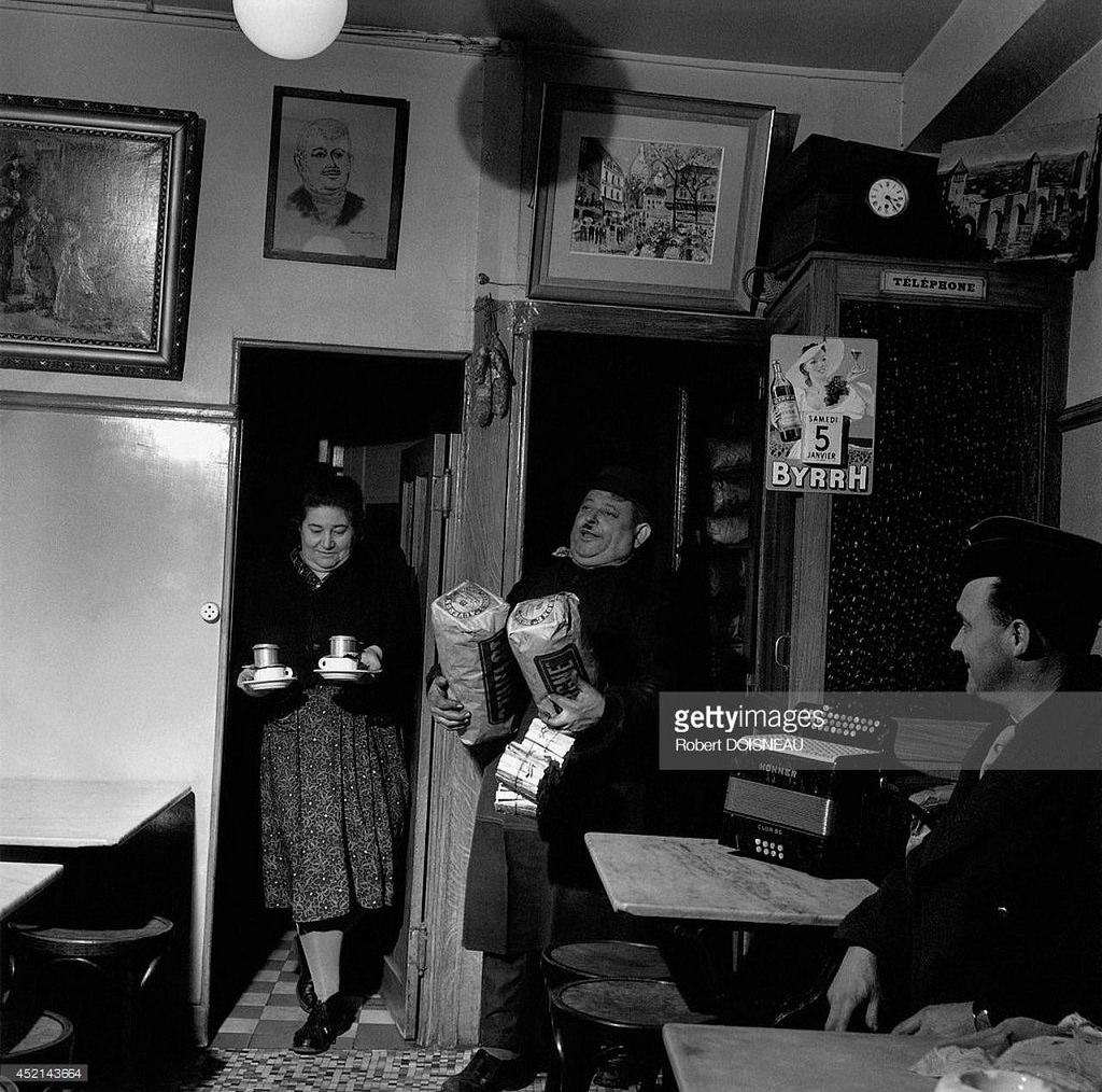 1951. Госпожа Констант принесла кофе клиентам своего кафе