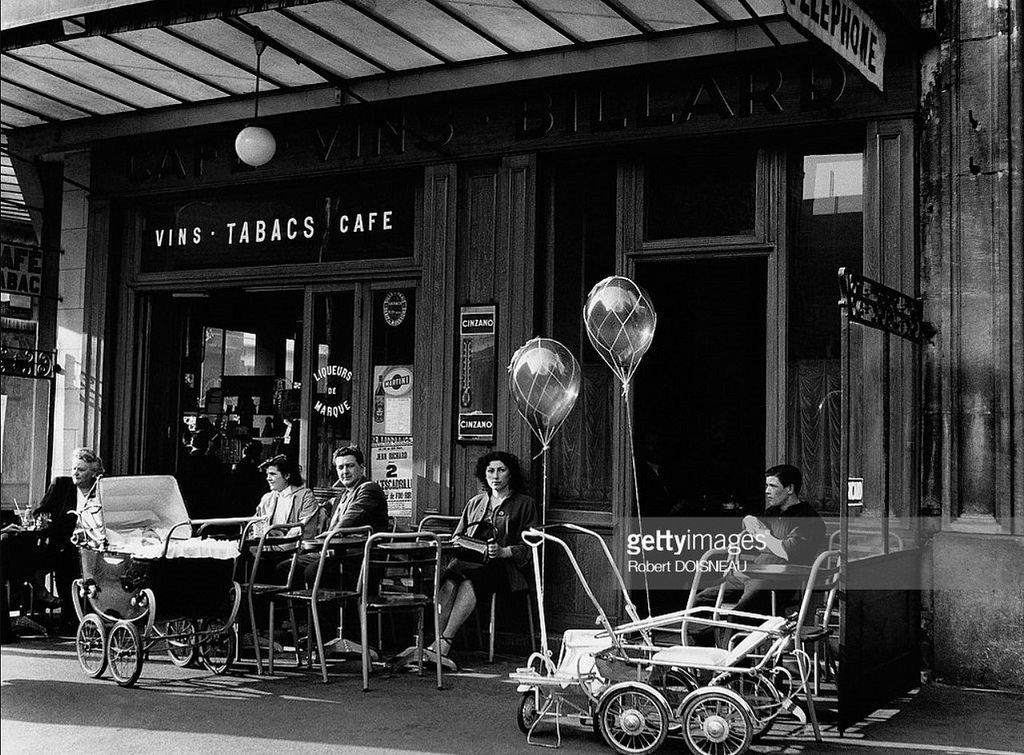 1953. Вид на тротуарной части кафе