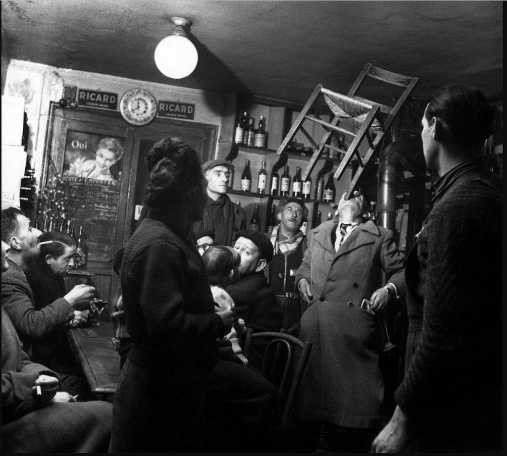 1954. Сцена в кафе. Человек, балансирующий стулом на подбородке