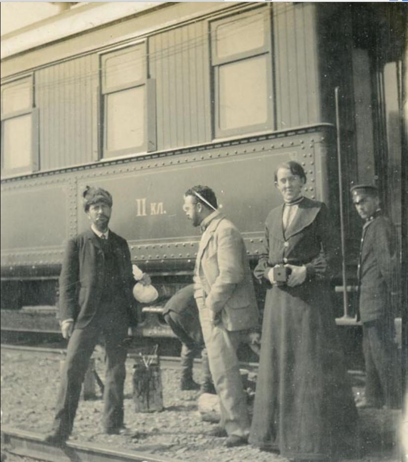Иркутск. Пассажиры возле вагона