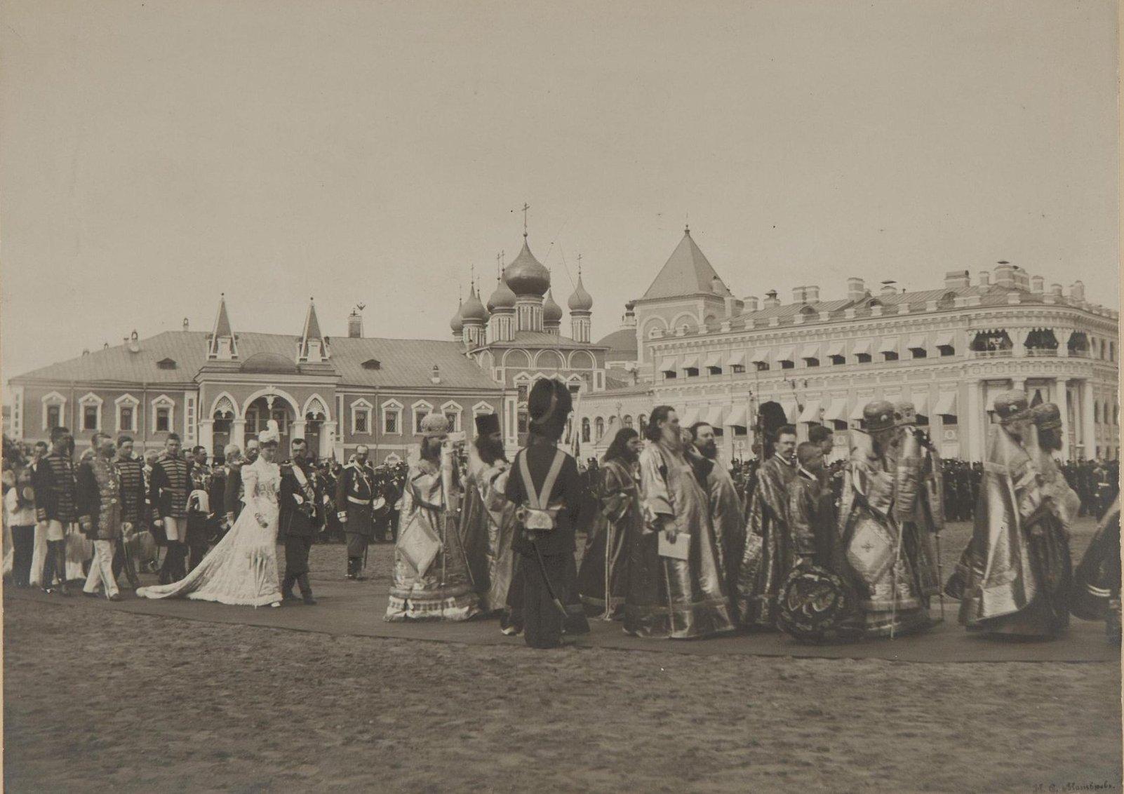 1890-е. Проход императора Николая II и императрицы Александры Фёдоровны в окружении чинов, родных и военных. Москва.jpg