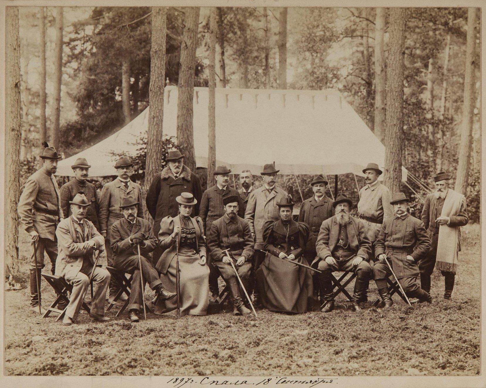1897. Николай II и Александра Федоровна в группе со штатскими на охоте.jpg