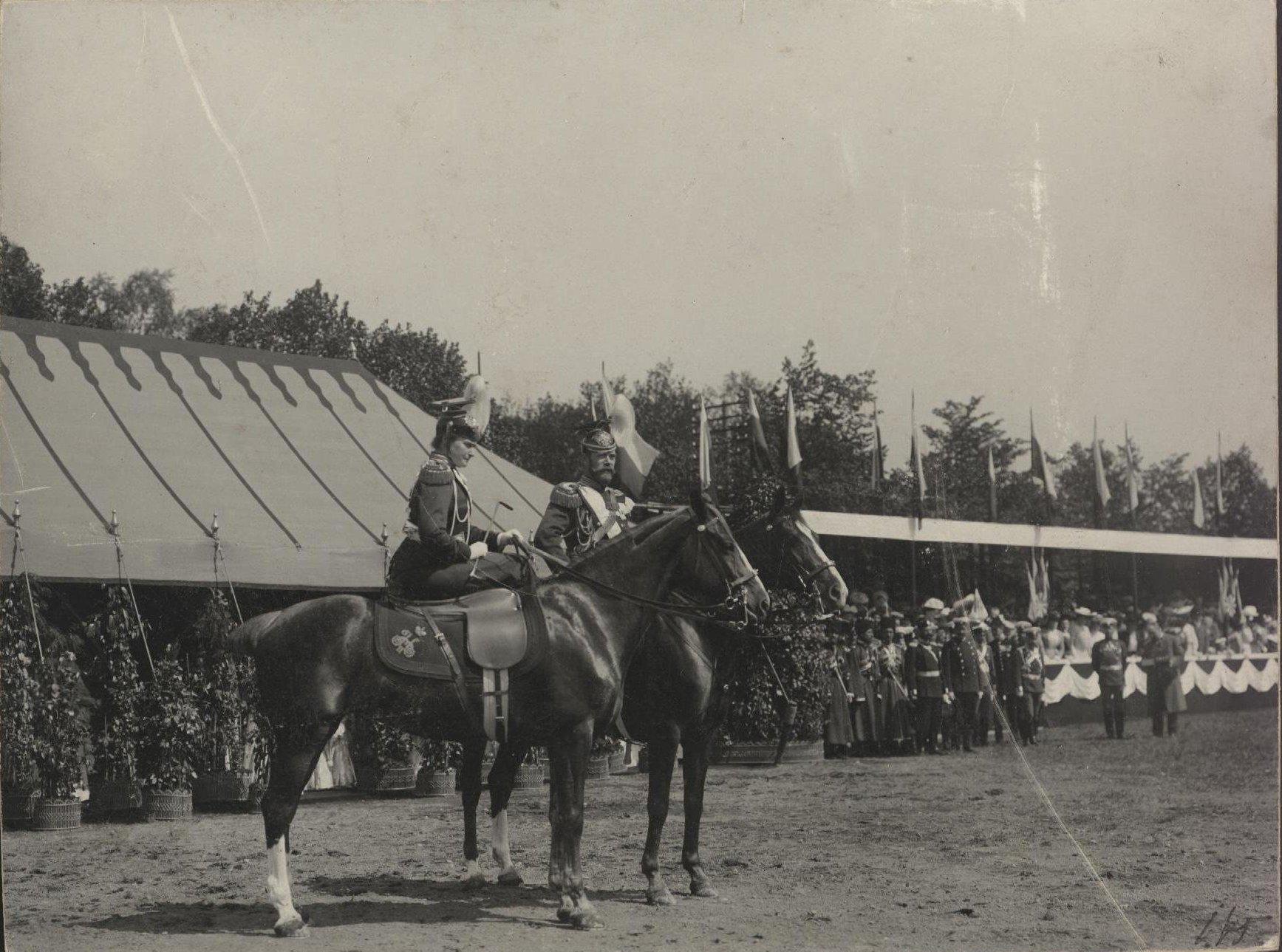 1900-е. Император Николай II и императрица Александра Фёдоровна верхом.jpg