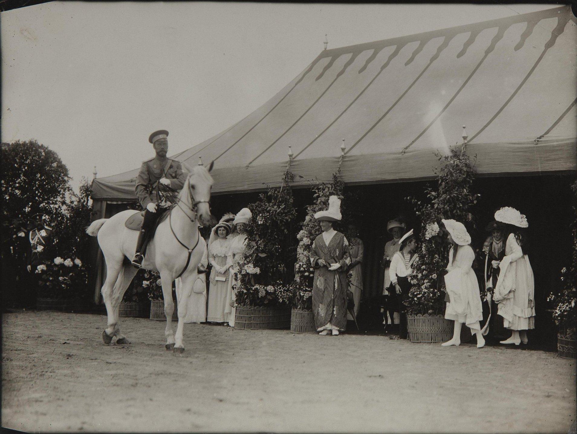 1900-е. Император Николай II на коне, под навесом его семья и родственники.jpg