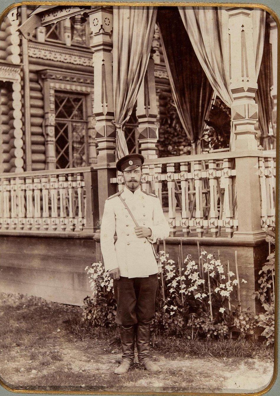 1900-е. Император Николай II на фоне офицерского собрания Лейб-Гвардии Кирасирского полка. Красное село.jpg