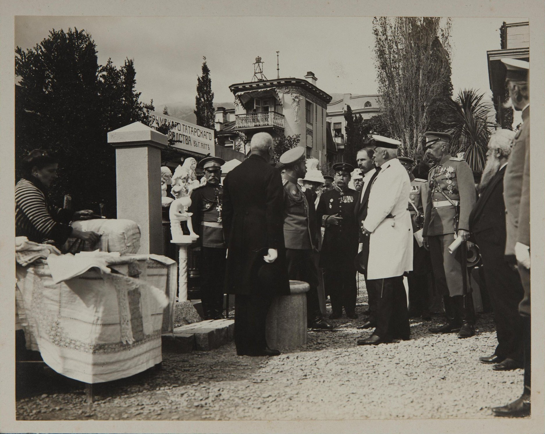 1900-е. Посещение императором Николаем II выставки товаров крымского татарского производства в г. Ялте.jpg