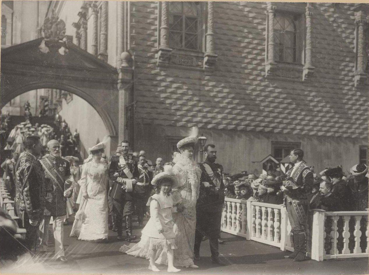 1903. Выход из Грановитой палаты во время празднования Пасхи.jpg