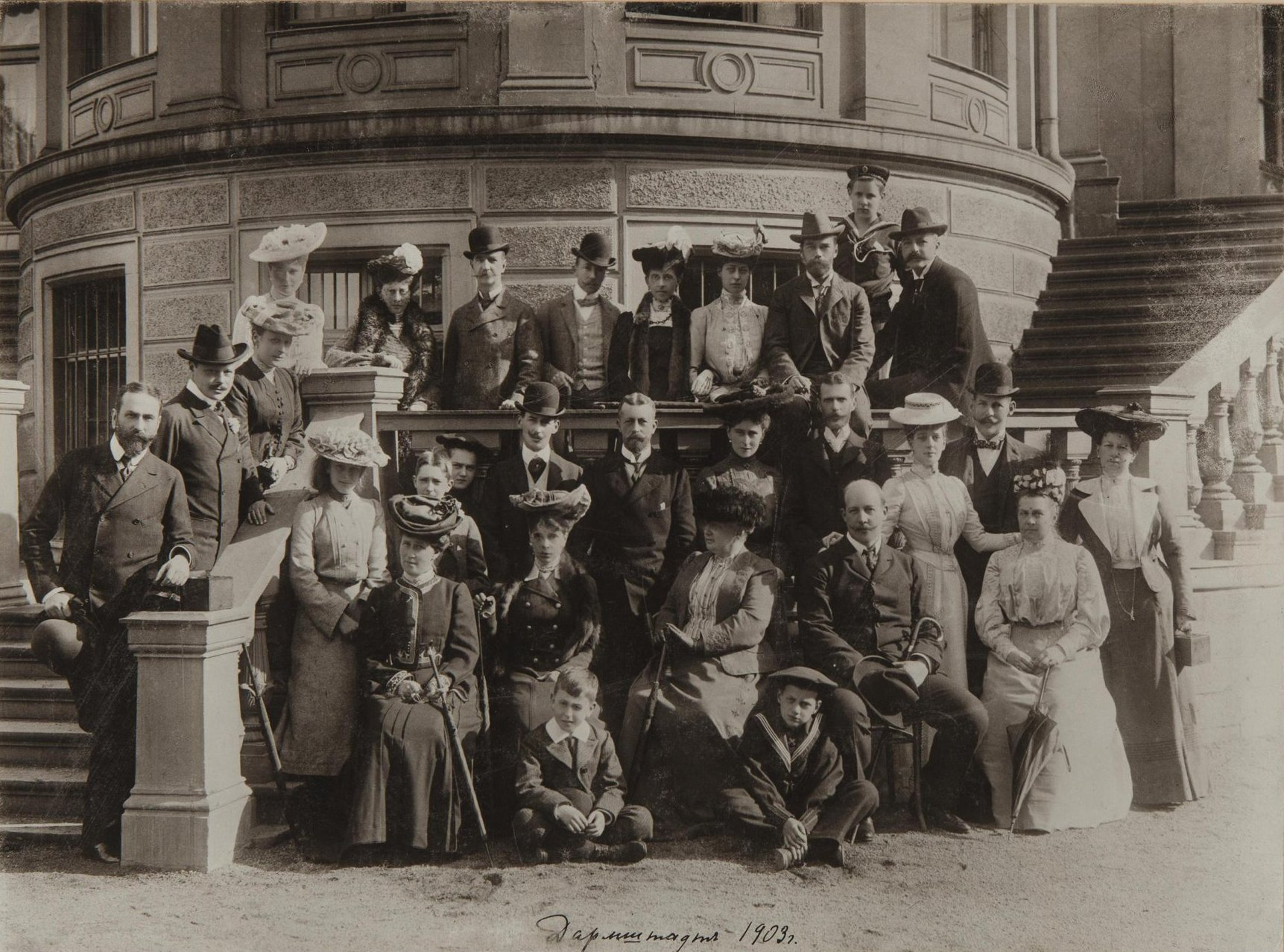 1903. Николай II и Александра Фёдоровна среди неизвестных.jpg