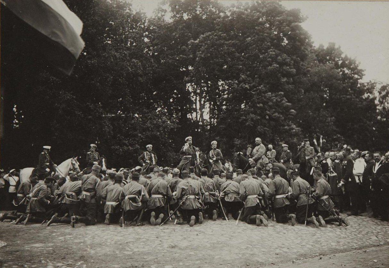 1904. Николай II благословляет офицеров, отправляющихся на русско-японскую войну. Новгород.jpg