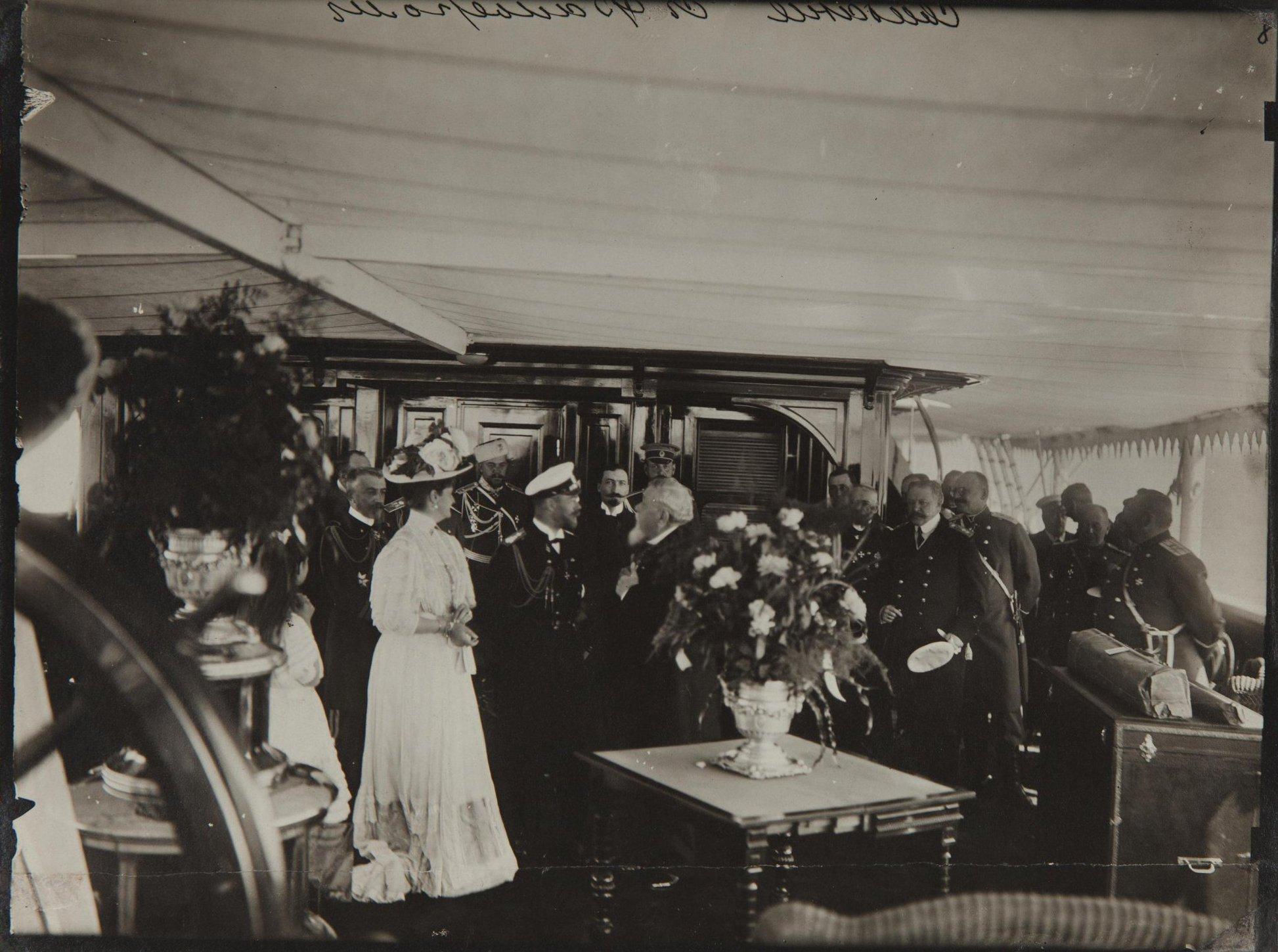 1908. Встреча Николая II с президентом Франции Фальером Арманом на яхте «Штандарт». Ревель.jpg