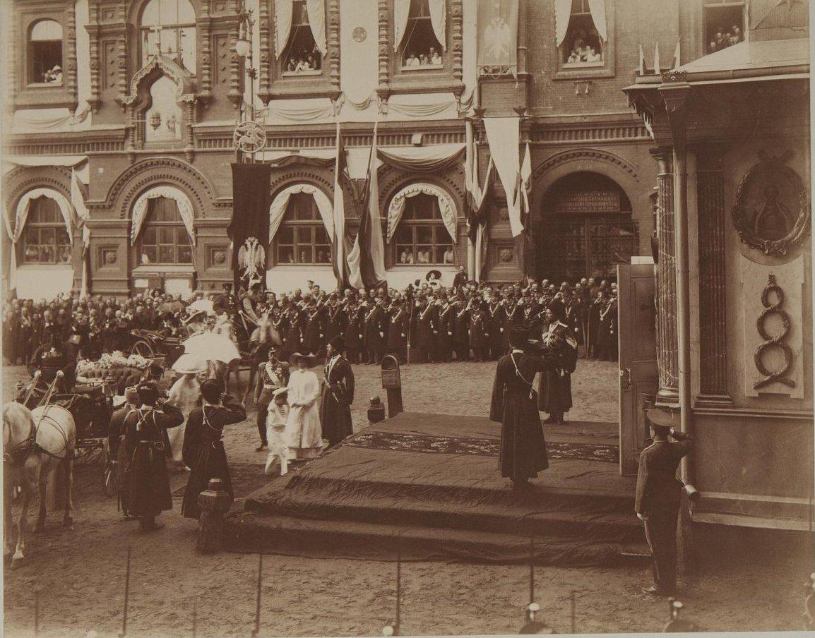 1912. Посещение императором Николаем II с семьёй Иверской часовни.jpg