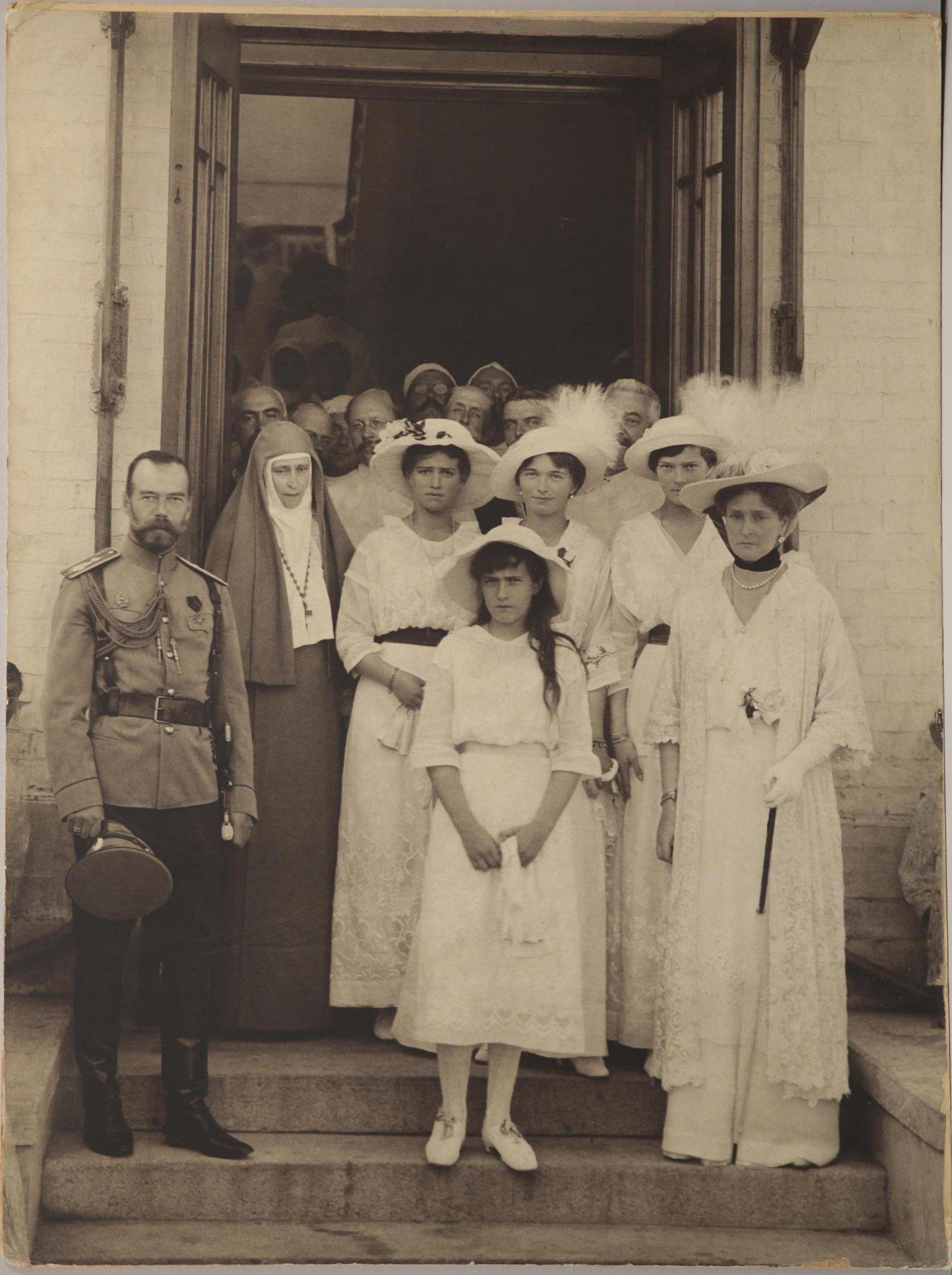 1915. Члены Императорской семьи и медицинский персонал Солдатенковской больницы во время визита к раненым воинам.jpg