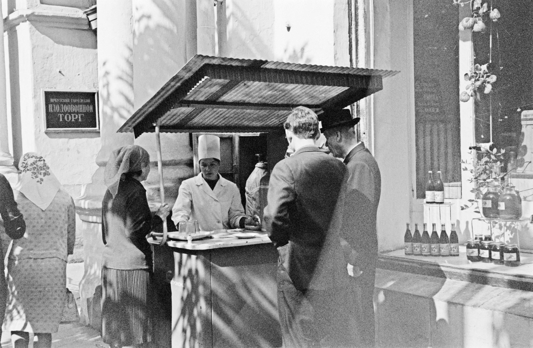 Улица Карла Маркса. Киоск с газировкой возле гастронома №1.png