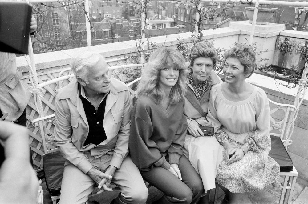 1978. Американская актриса Фарра Фосетт Мейджорс с семьей на фотосессии в отеле в Лондоне, апрель.png