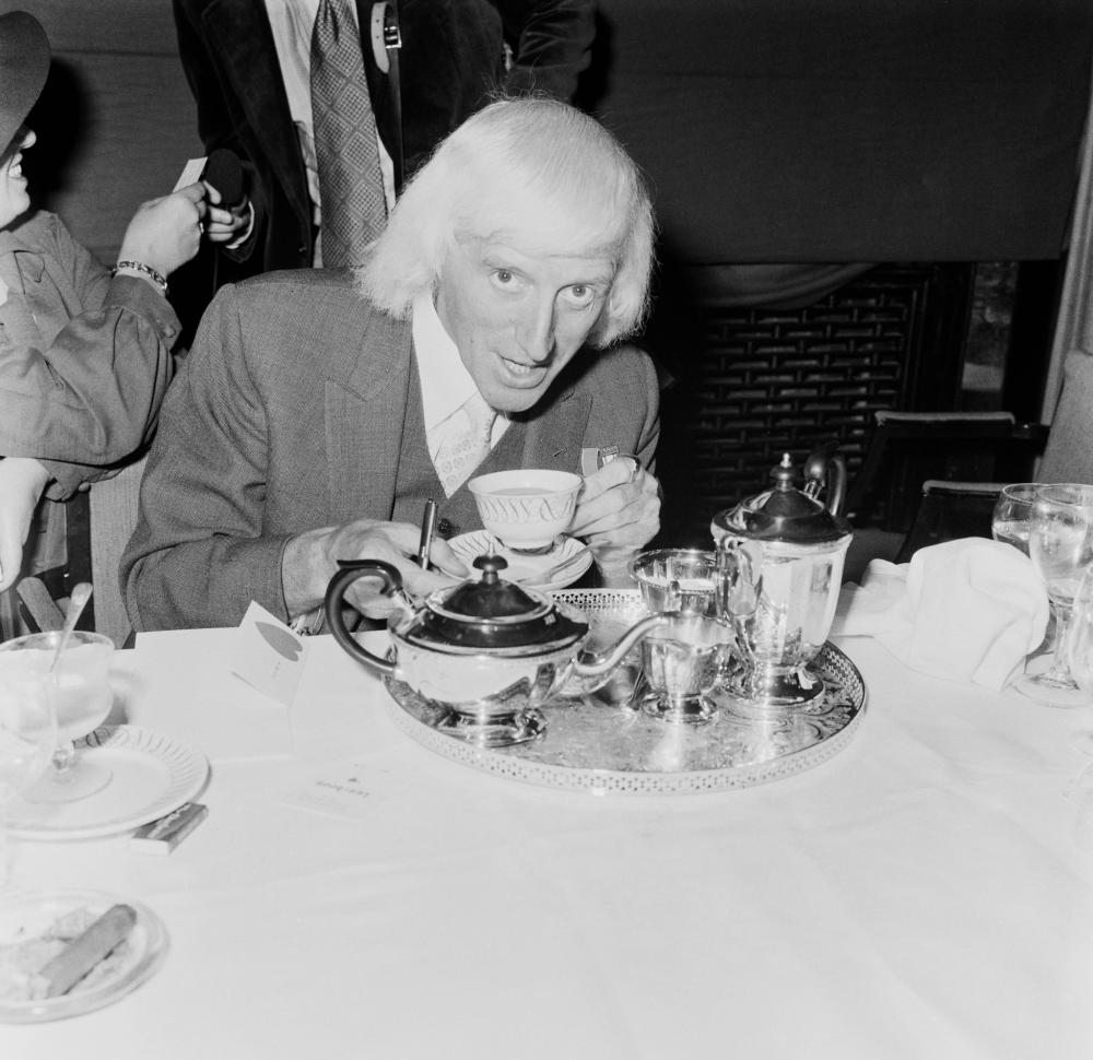 1978. Английский телеведущий Джимми Сэвил (1926 - 2011) пьет чай в отеле, во время обеда в его честь, 19 июня.png