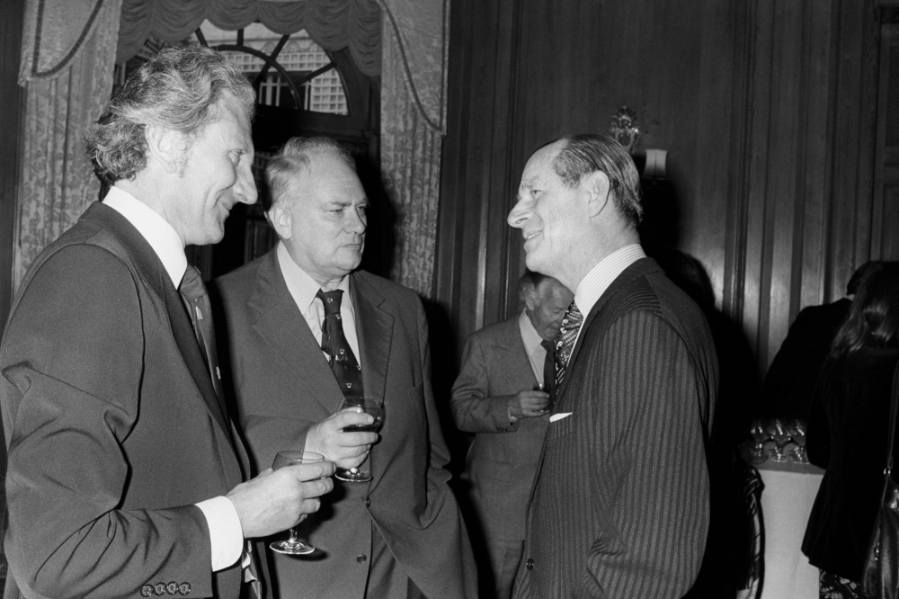 1978. Герцог Эдинбургский разговаривает с художником Дэвидом Шепардом (слева) и телеастрономом Патриком Муром на обеде в Фойлсе, устроенном в честь г…