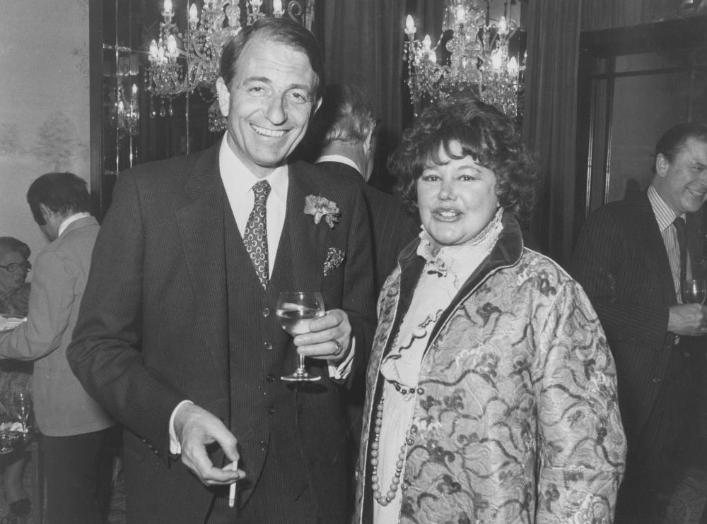 1980. Бернар де ла Жираудьер, глава шампанского дома Laurent Perrier, и Патрисия Хармсворт, жена лорда Ротермира, вместе на приеме с шампанским в оте…