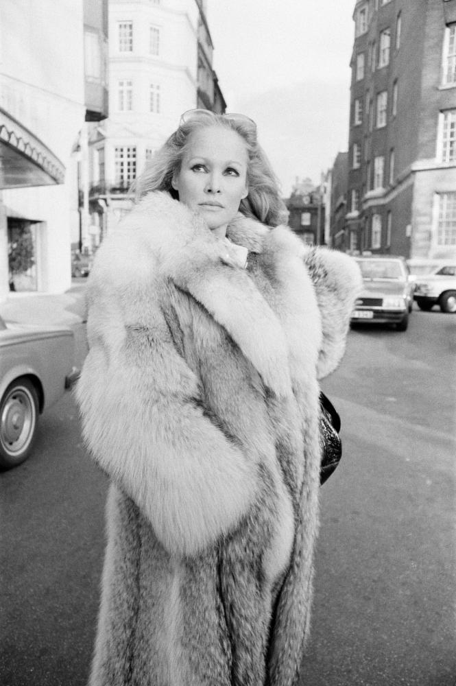 1980. Урсула Андресс, швейцарская киноактриса, возле своего отеля «Дорчестер» в Лондоне, вторник, 22 января .png
