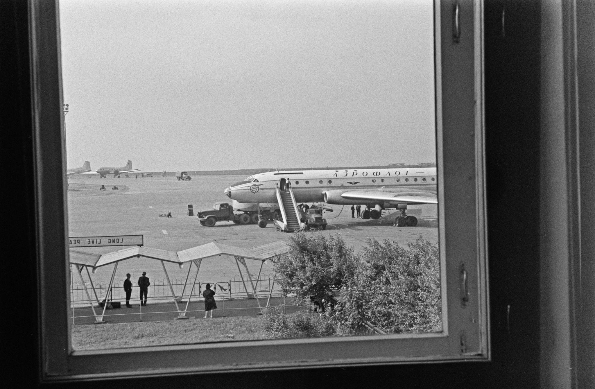 15. Вид на аэродром из здания аэропорта.png
