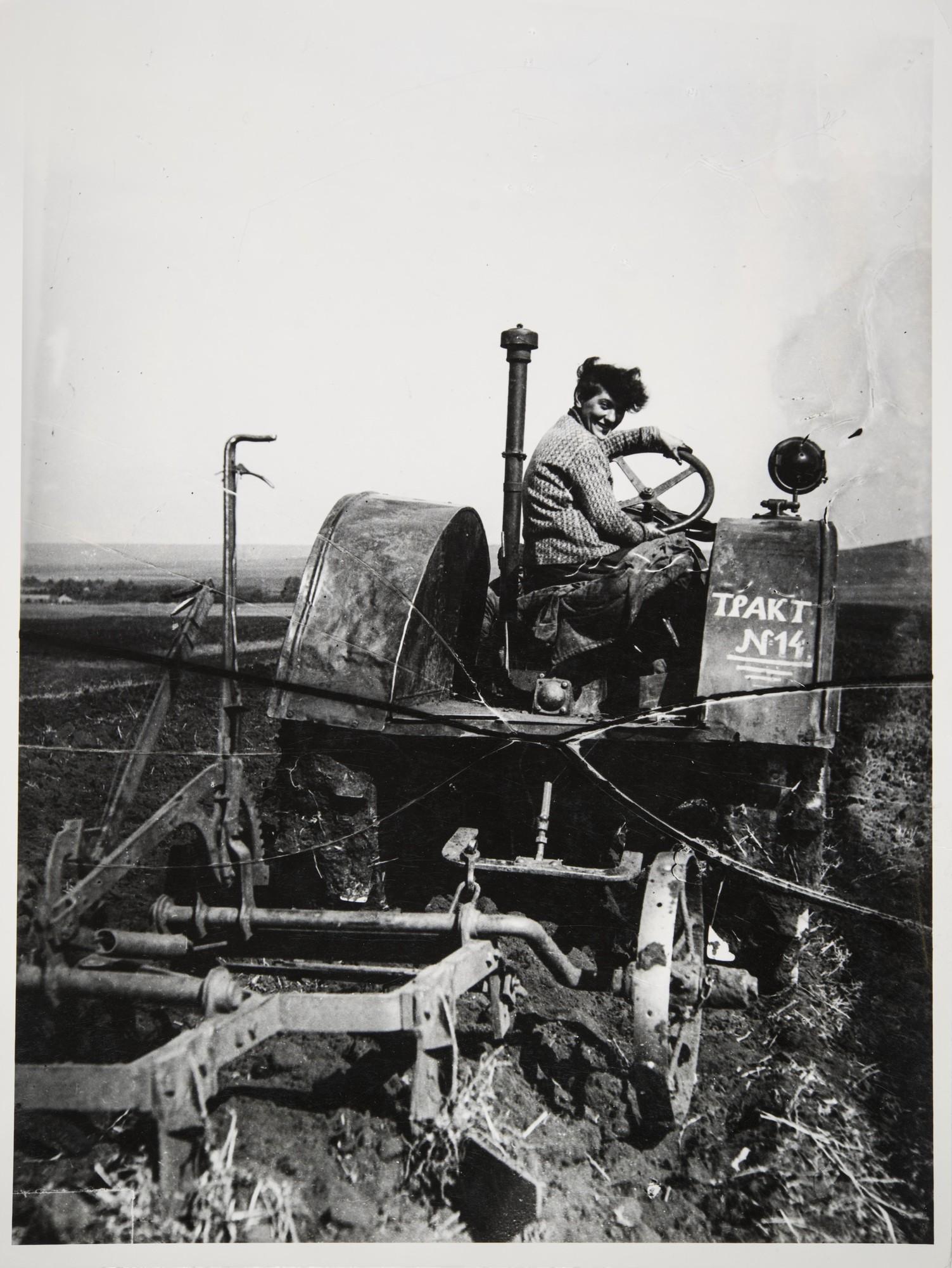 1935. Первая советская трактористка Паша Ангелина