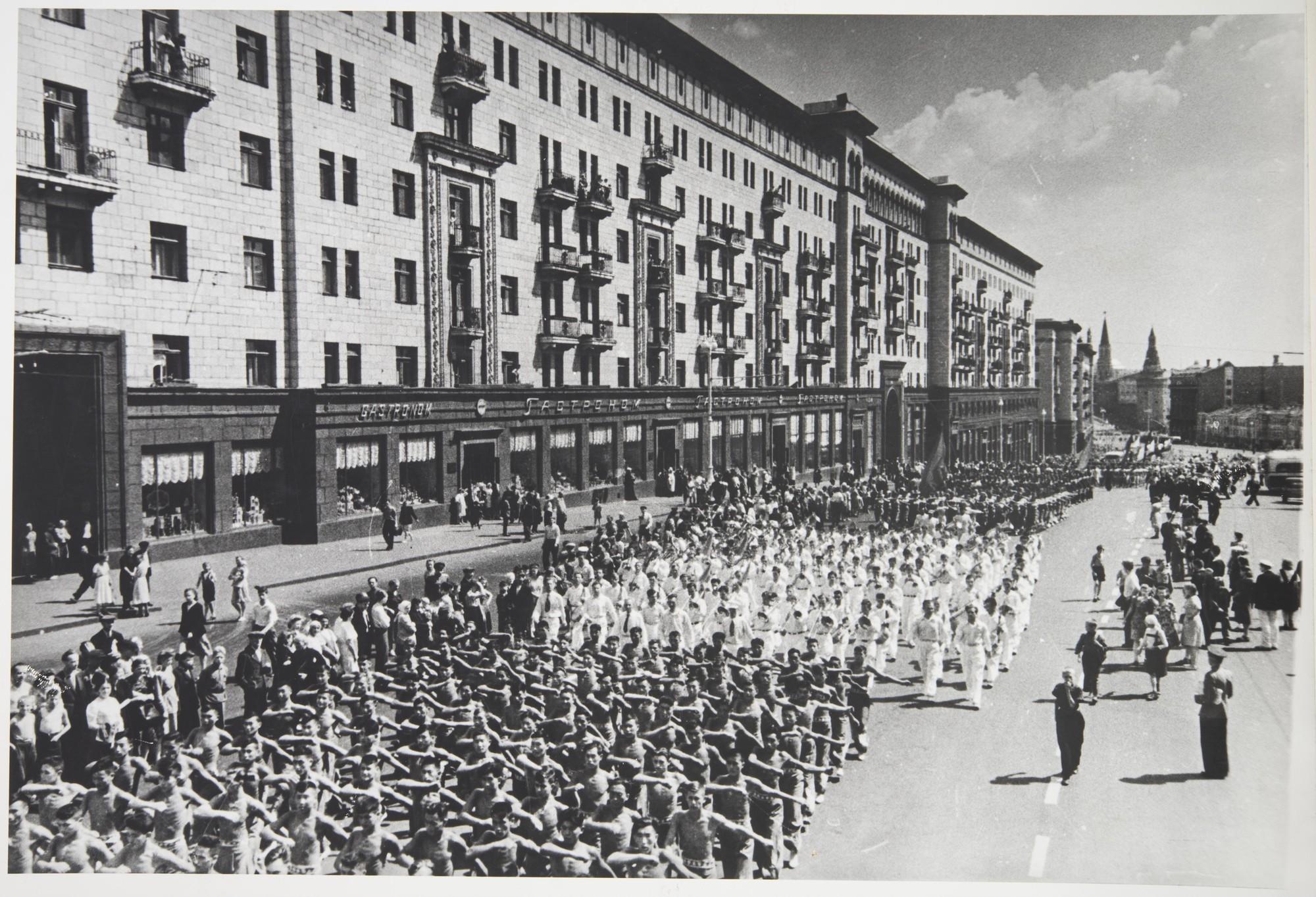 1947. Физкультурный парад на ул. Горького