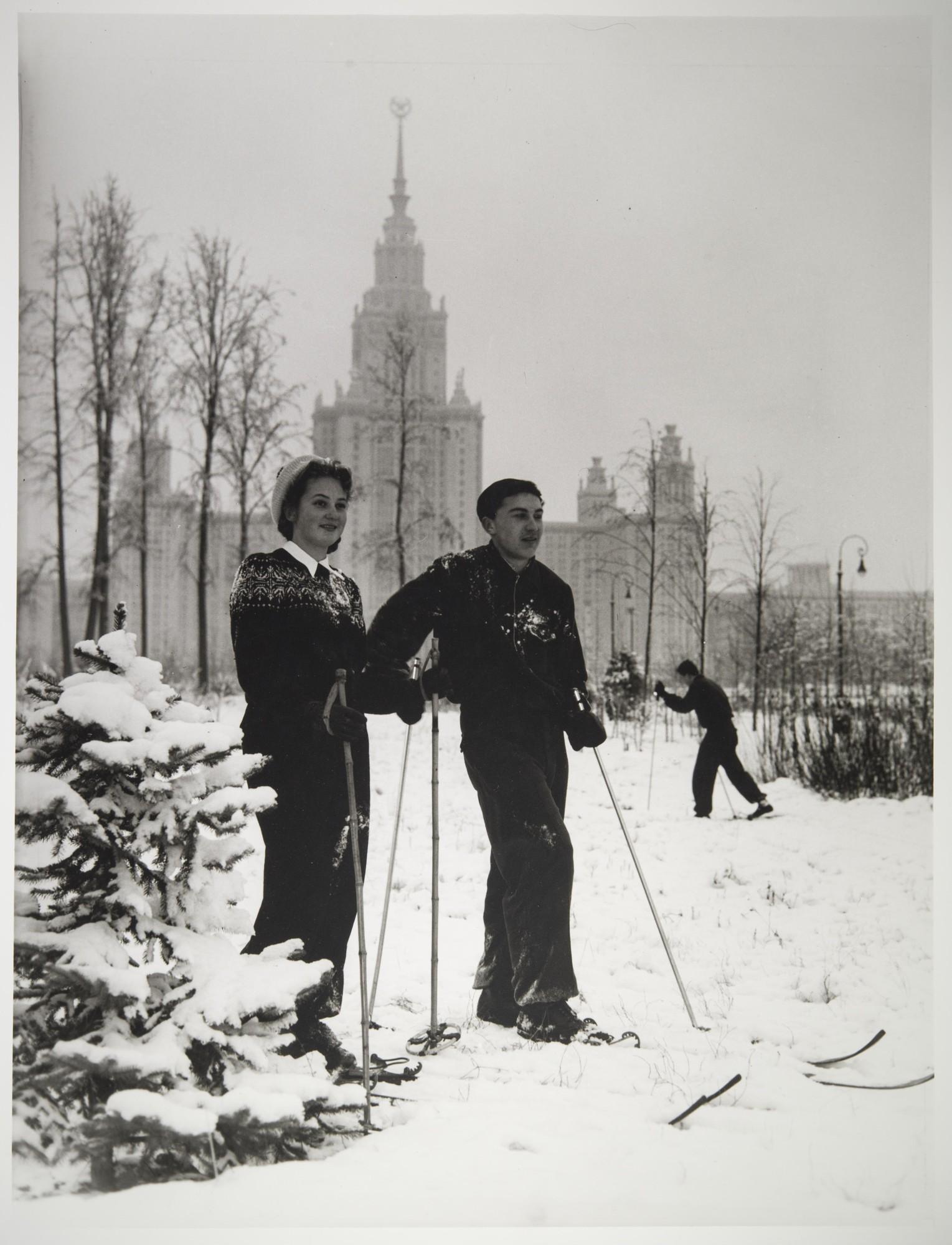 1955. Лыжники у здания МГУ