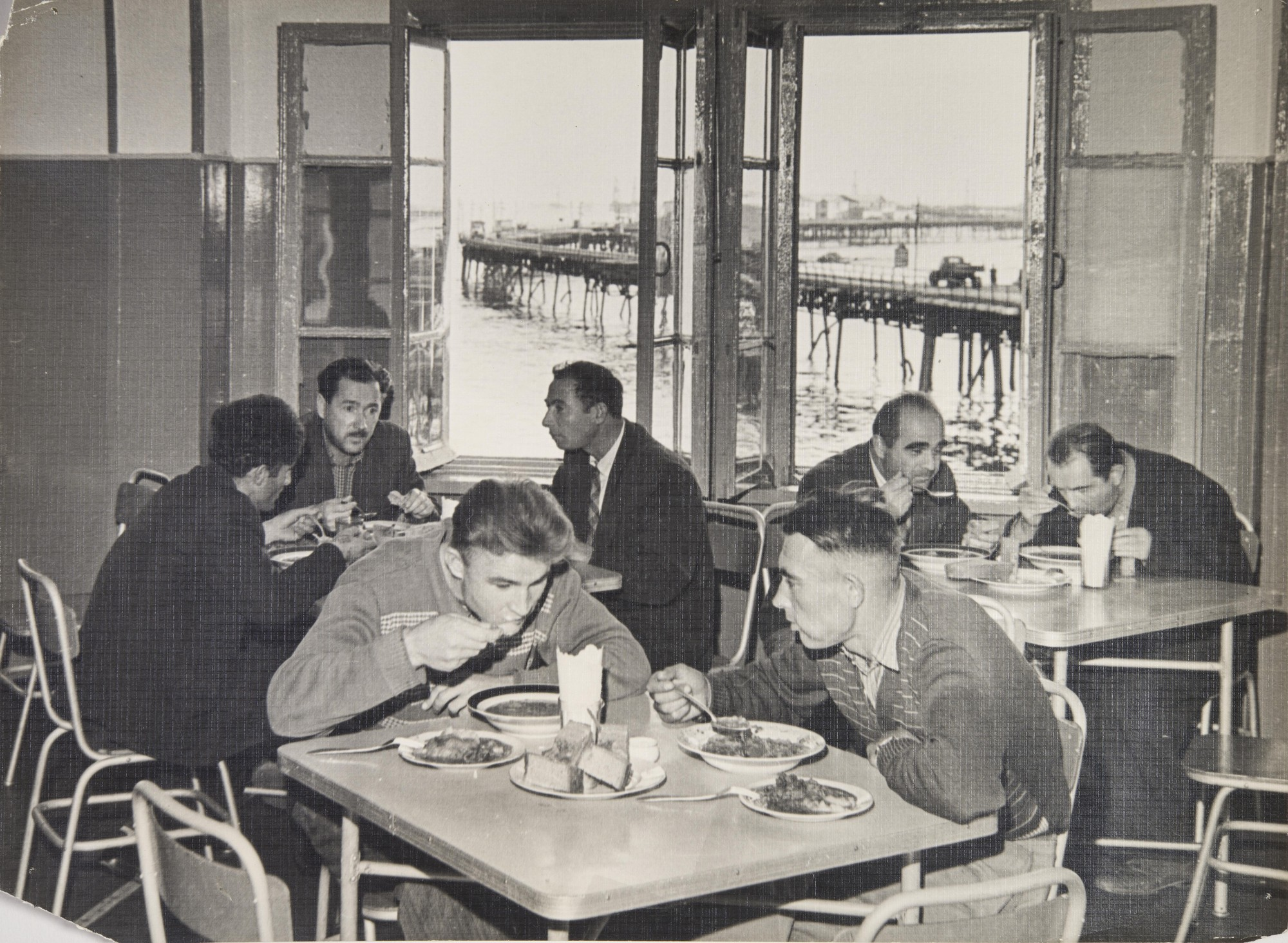 1960-е. Утро. Смена рабочих за завтраком