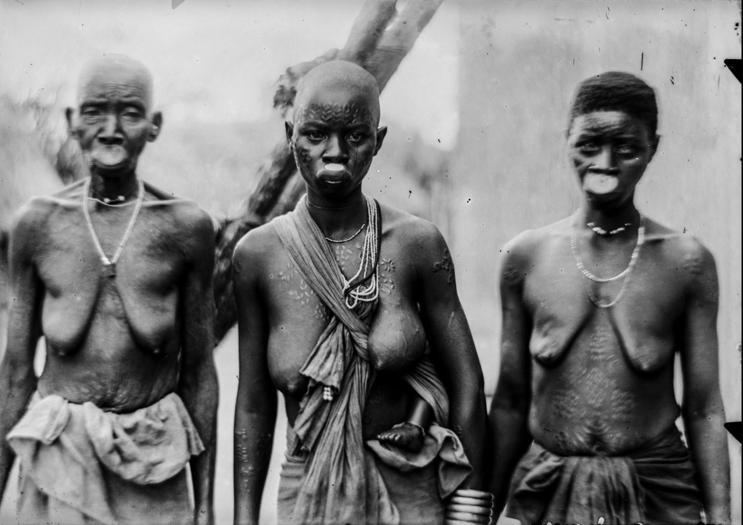 95. Антропометрическое изображение трех женщин-макуа из Микунгу с ребенком.jpg