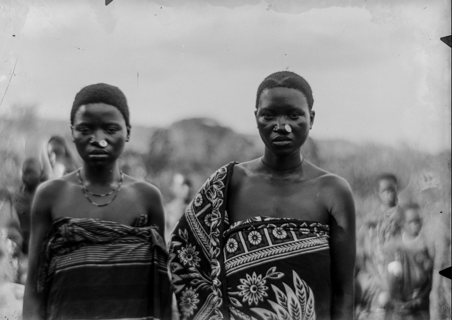 101. Портрет двух молодых женщин Яо в Мтуа.jpg