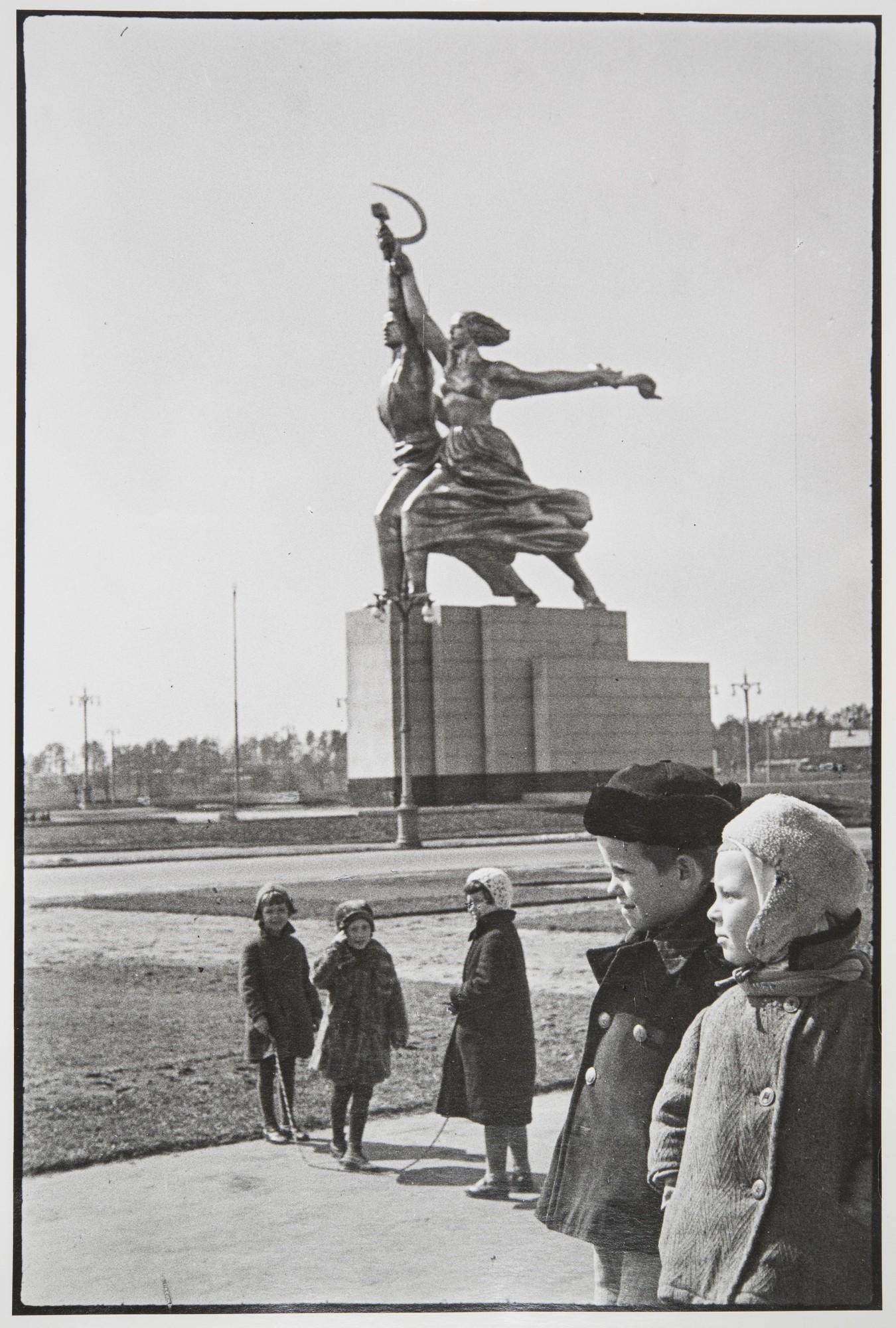 1940. Дети у ВСХВ.jpg
