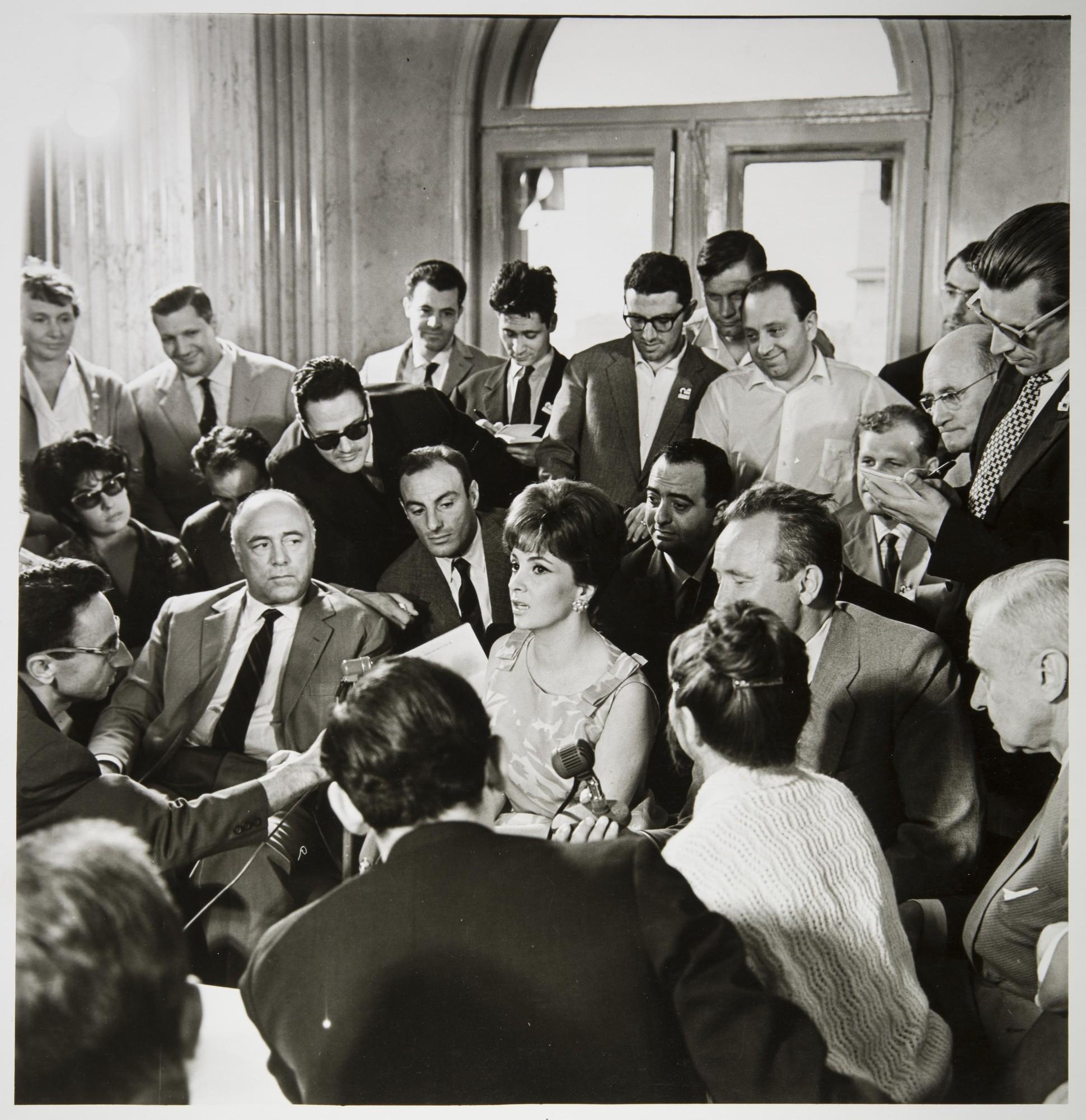 1963. Джина Лоллобриджида и поклонники. Кремлевский дворец съездов.jpg