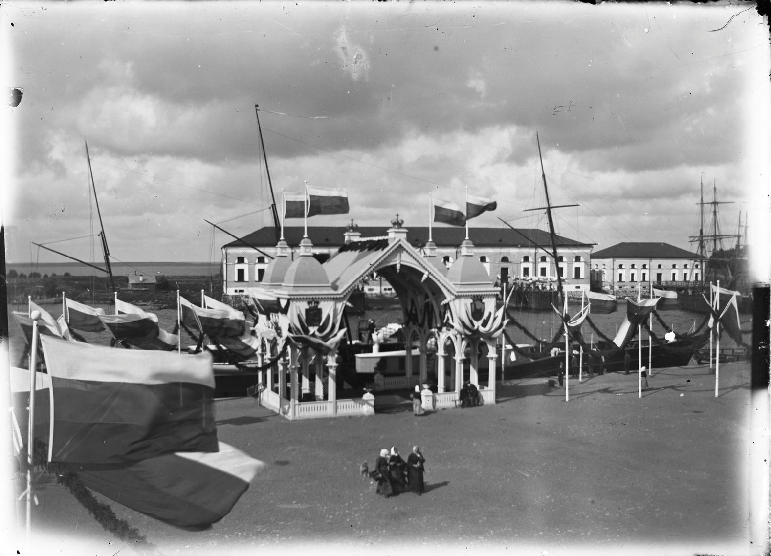В порту. Арка в посещения города императором Александром III. 1890