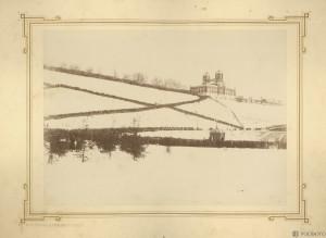 Иордань на Волге. В правой верхней части снимка — здание городской Думы