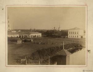 Князь-Дмитриевская сторона. Торговые ряды, Гостиный двор, слева Колокольня Успенского собора