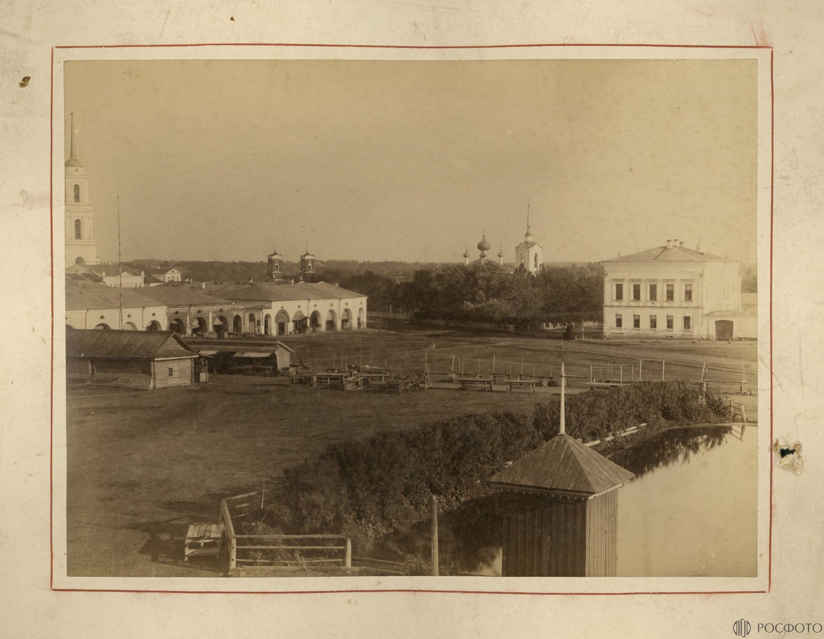 Князь-Дмитриевская сторона. Торговые ряды, Гостиный двор, слева Колокольня Успенского собора.jpg