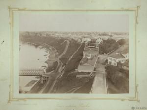 Панорама Князь-Федороовской стороны, реки Волги, деревянного моста (слева внизу), городской Думы и главной пожарной части, церквей