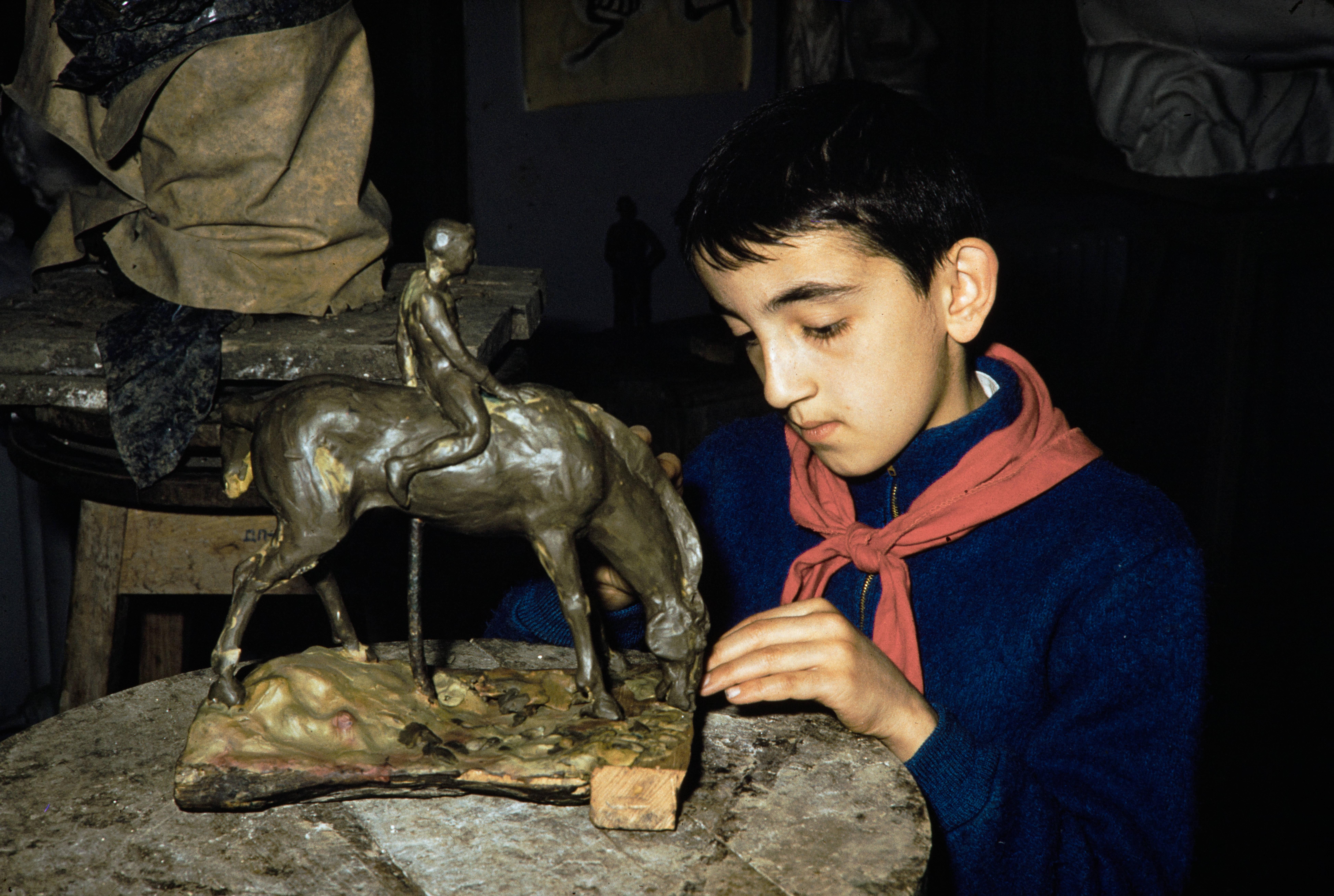 мальчик делает скульптуру (1).jpg