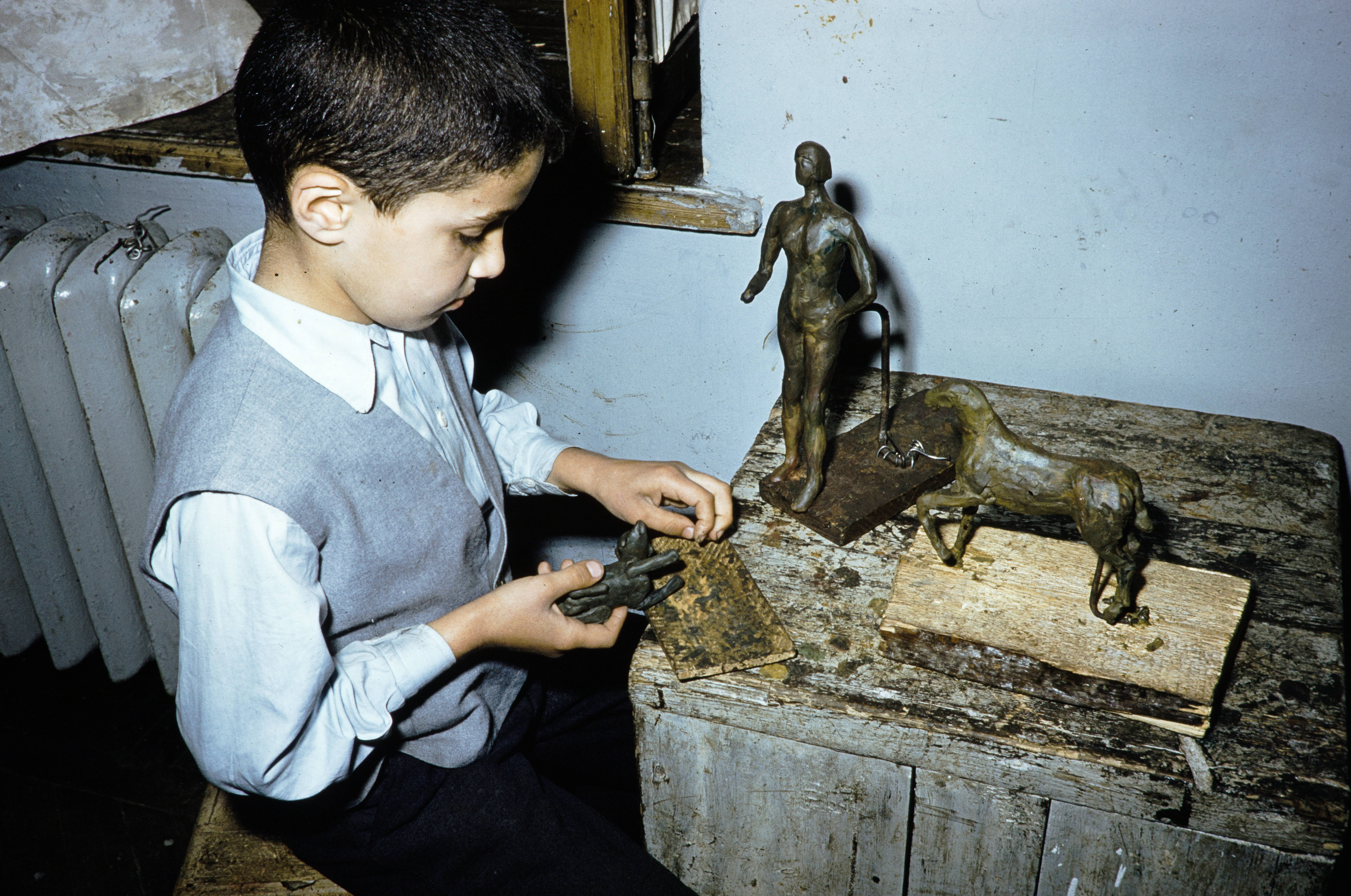 мальчик делает скульптуру.jpg