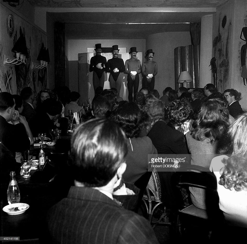 1944. Группа «Les Frères Jacques» на сцене.jpg
